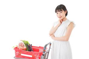 スーパーで考える若い女性の写真素材 [FYI04727915]