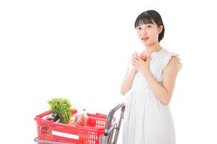 スーパーで考える若い女性の写真素材 [FYI04727916]