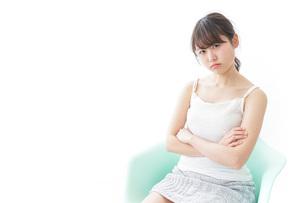 腹を立てる女性の写真素材 [FYI04727928]