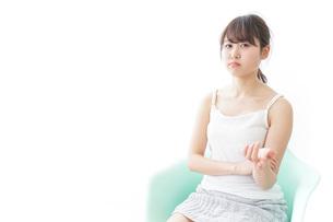 腹を立てる女性の写真素材 [FYI04727934]