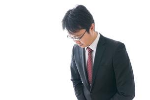 謝罪をするビジネスマン・謝罪会見の写真素材 [FYI04727942]