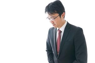 謝罪をするビジネスマン・謝罪会見の写真素材 [FYI04727944]