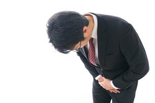 謝罪をするビジネスマン・謝罪会見の写真素材 [FYI04727952]