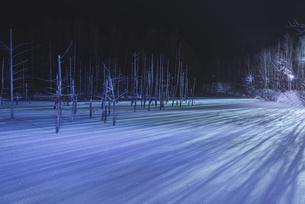 青い池ライトアップの写真素材 [FYI04727963]