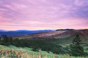 秋の渋峠より草津白根山と朝焼け雲の写真素材 [FYI04727999]