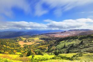 秋の渋峠より芳ヶ平の紅葉と草津白根山の写真素材 [FYI04728000]