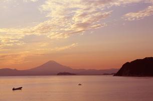 逗子から見た富士山と江ノ島の夕焼けの写真素材 [FYI04728037]