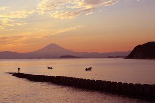 逗子から見た富士山と江ノ島の夕焼けの写真素材 [FYI04728038]