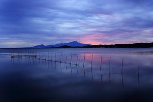 島根県の中海から鳥取県の伯耆大山と日の出の写真素材 [FYI04728164]