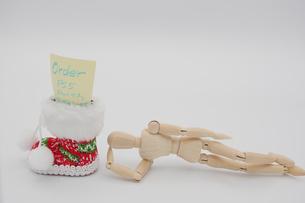 長靴にオーダー票を入れてサンタさんからのプレゼントを待つデッサン人形の写真素材 [FYI04728289]