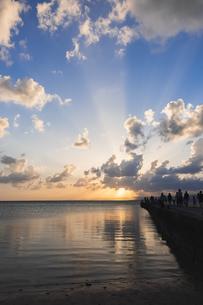 竹富島西桟橋の夕空の写真素材 [FYI04728406]