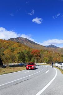 紅葉のいろは坂と男体山の写真素材 [FYI04728439]