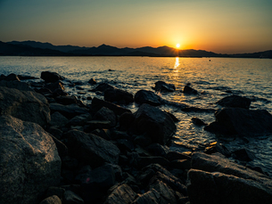 【香川県 東かがわ市】鹿浦越岬からみる夕方の瀬戸内海の自然風景の写真素材 [FYI04728468]