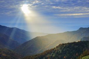 横手山のぞき付近から望む長野市方向の山並みと夕方の光芒の写真素材 [FYI04728577]