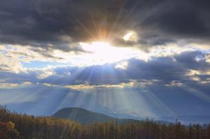 思い出の丘付近から望む松本平と夕日の光芒の写真素材 [FYI04728613]