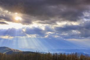思い出の丘付近から望む松本平と夕日の光芒の写真素材 [FYI04728614]