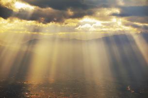 思い出の丘付近から望む夕日の光芒と松本平の写真素材 [FYI04728617]