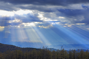 思い出の丘付近から望む夕方の光芒と松本平の写真素材 [FYI04728619]