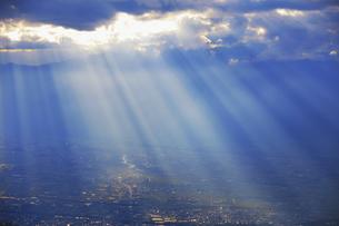 思い出の丘付近から望む夕方の光芒と松本平の写真素材 [FYI04728621]