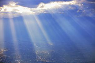 思い出の丘付近から望む夕方の光芒と松本平の写真素材 [FYI04728622]