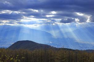 思い出の丘付近から望む夕方の光芒と松本平と反射光の写真素材 [FYI04728623]
