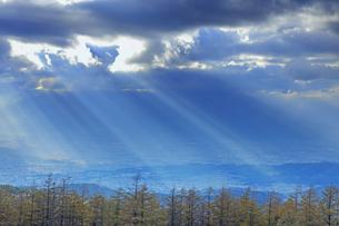 思い出の丘付近から望む夕方の光芒と松本平の写真素材 [FYI04728624]