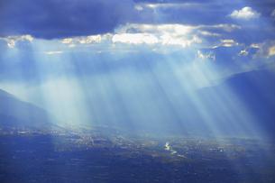 思い出の丘付近から望む夕方の光芒と松本平と梓川の写真素材 [FYI04728625]