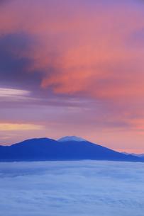 美ヶ原高原美術館付近から望む新雪の浅間山と雲海と朝焼けの写真素材 [FYI04728631]
