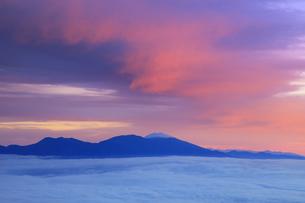 美ヶ原高原美術館付近から望む新雪の浅間山と雲海と朝焼けの写真素材 [FYI04728632]