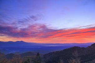 美ヶ原高原美術館付近から望む浅間山と朝焼けの写真素材 [FYI04728633]
