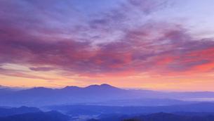 美ヶ原高原美術館付近から望む浅間山と朝焼けの写真素材 [FYI04728634]