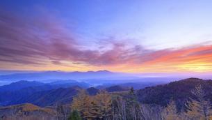 美ヶ原高原美術館付近から望む浅間山と朝焼けと紅葉の樹林の写真素材 [FYI04728635]
