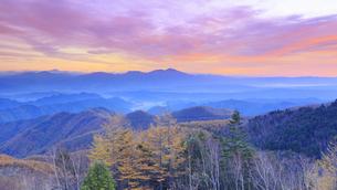 美ヶ原高原美術館付近から望む浅間山と朝焼けと紅葉の樹林の写真素材 [FYI04728636]