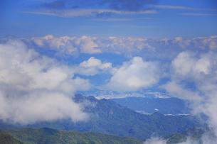 武石峰南東斜面からから望む雲間の上田市街の写真素材 [FYI04728654]