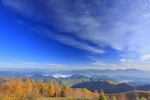 美ヶ原高原美術館付近から望む紅葉と浅間山などの山並みと秋空の写真素材 [FYI04728657]