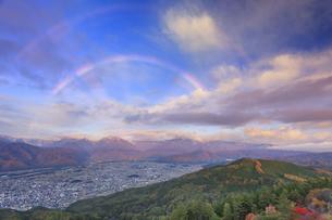 鷹狩山から望む朝の虹と蓮華岳などの山並みと大町市街の写真素材 [FYI04728676]