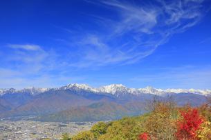 鷹狩山から望む仁科三山と白馬連峰と紅葉の樹林と秋空の写真素材 [FYI04728689]