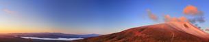 小浅間山から望む朝日に染まる新雪の浅間山から軽井沢のパノラマの写真素材 [FYI04728720]
