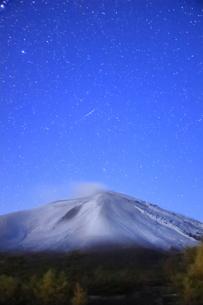 つつじヶ原の南側から望む新雪の浅間山と流星の写真素材 [FYI04728737]