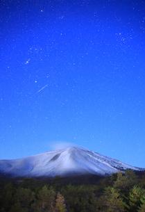 つつじヶ原の南側から望む新雪の浅間山と流星の写真素材 [FYI04728738]