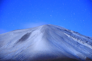 つつじヶ原の南側から望む新雪の浅間山と流星の写真素材 [FYI04728740]