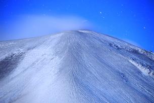 つつじヶ原の南側から望む新雪の浅間山と流星の写真素材 [FYI04728741]
