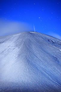 つつじヶ原の南側から望む新雪の浅間山と流星の写真素材 [FYI04728742]