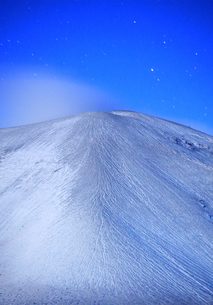 つつじヶ原の南側から望む新雪の浅間山と星の写真素材 [FYI04728743]