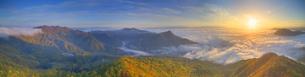 十観山から望む大沢山から浅間山の山並みと雲海と朝日の写真素材 [FYI04728748]