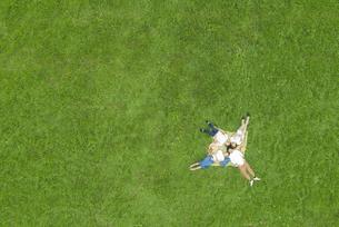 草原に寝転ぶ若者の写真素材 [FYI04728780]