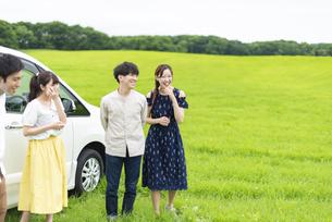車の周りに集まる若者の写真素材 [FYI04728786]