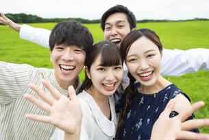 草原でポーズをとる若者の写真素材 [FYI04728791]