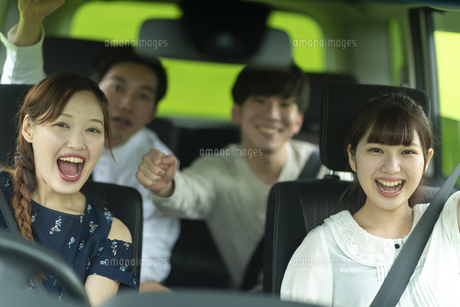 ドライブをする若者の写真素材 [FYI04728796]
