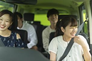 ドライブをする若者の写真素材 [FYI04728797]